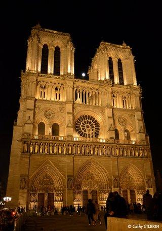 Lune entre les 2 clochers de Notre Dame de Paris